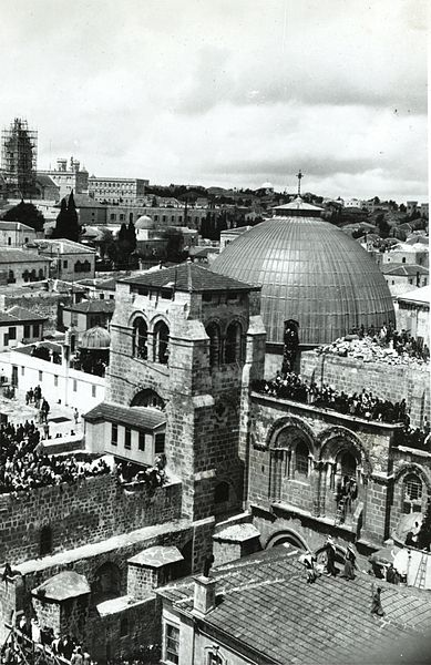 Church_of_Holy_Sepulchre_and_surroundings._Sepulchre_Church._Easter_crowds_on_roof_awaiting_«Holy_Fire»._approximately_1900_to_1920._ppmsca.13208